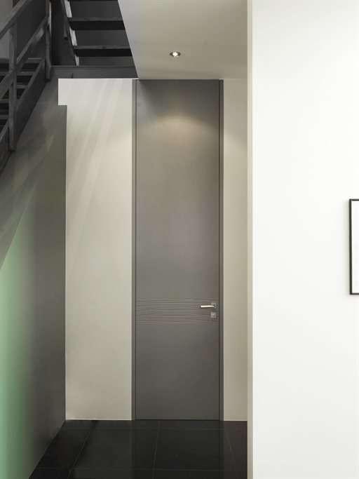 hoge-grijze-binnendeur-modern