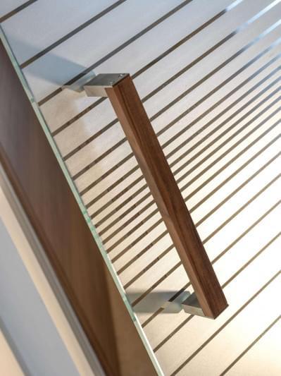 glazen-deur-houten-trekker-noot