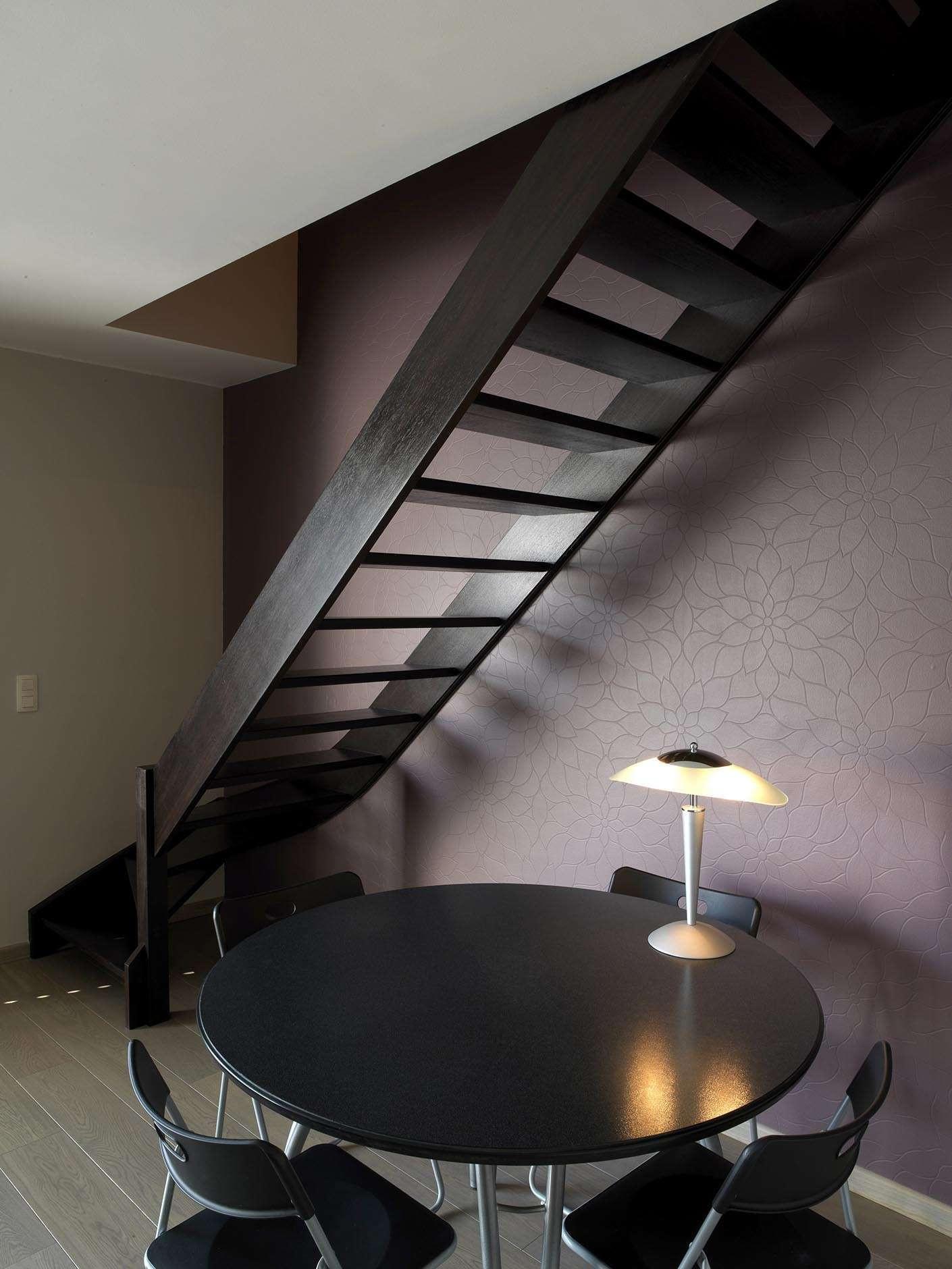 donkere-houten-trap-modern