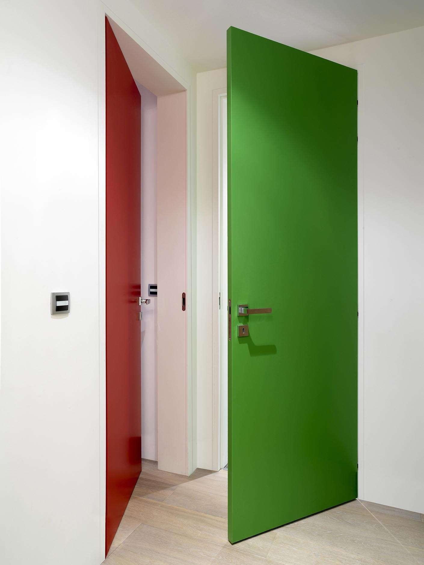 rode-binnendeur-groene-deur-ingewerkte-deurkader