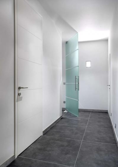 wit-gelakte-binnendeur-glazen-deur-vloerpomp