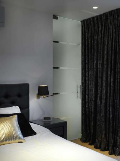 glazen-deur-gezandstraald-slaapkamer