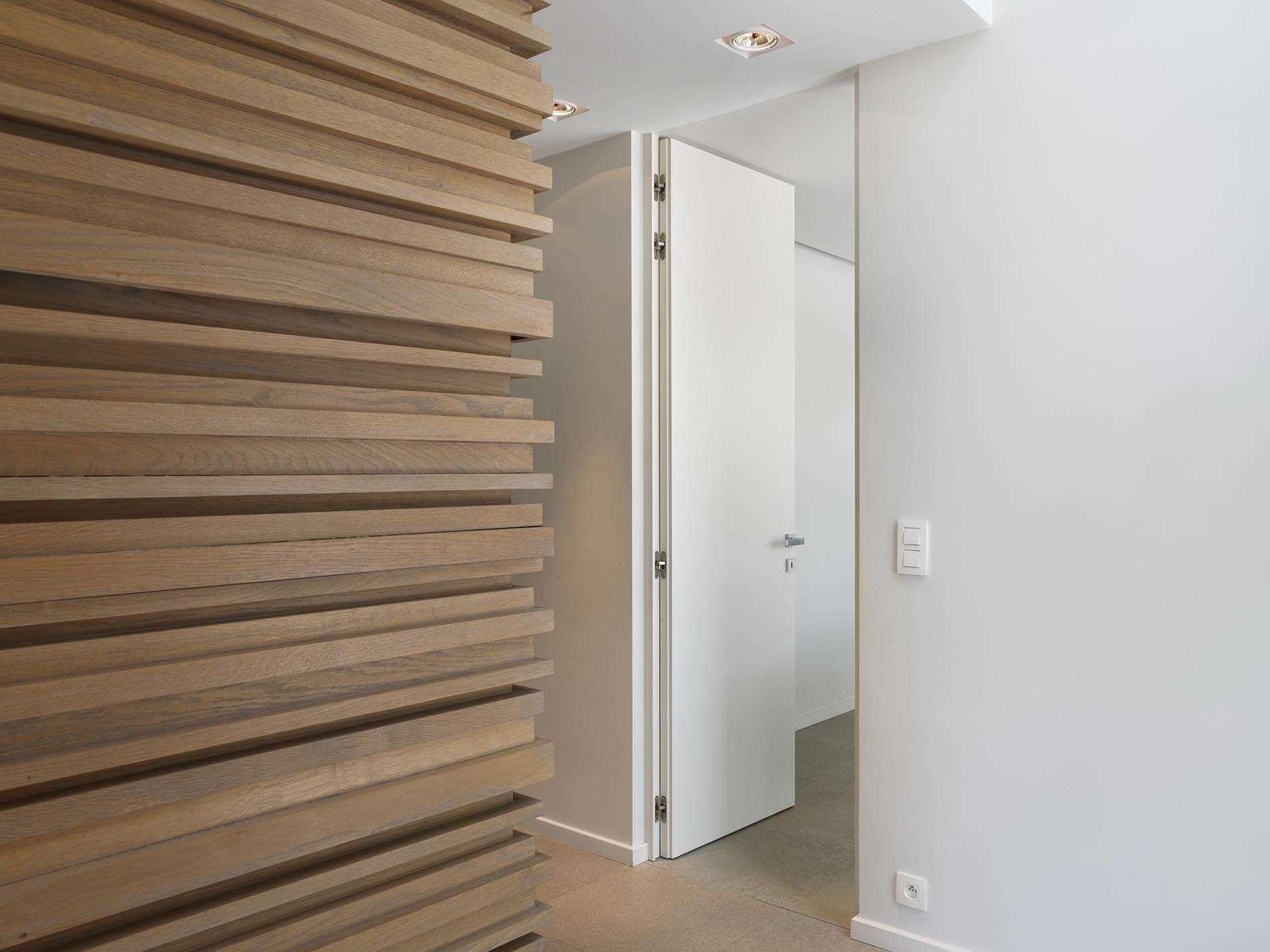 plafondhoge-wit-gelakte-deur-blokkader