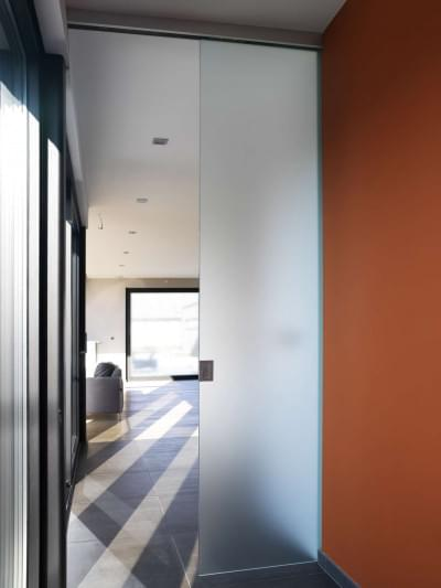 hoge-glazen-schuifdeur-plafond