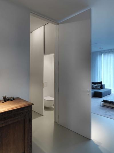 hoge-witte-deuren-strak-interieur-design