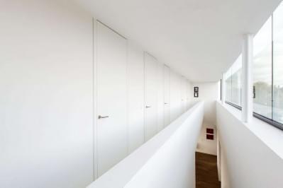 hoge-gangdeuren-design-strak-interieur-wit