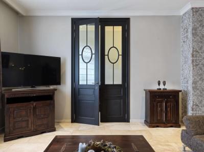 kamerhoge-deur-donker-hout