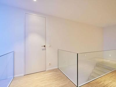 hoge-deur-strak-wit