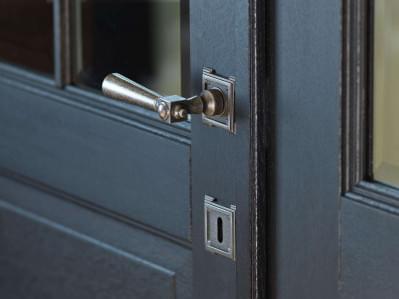 detail-binnendeur-deurklink-donker-hout