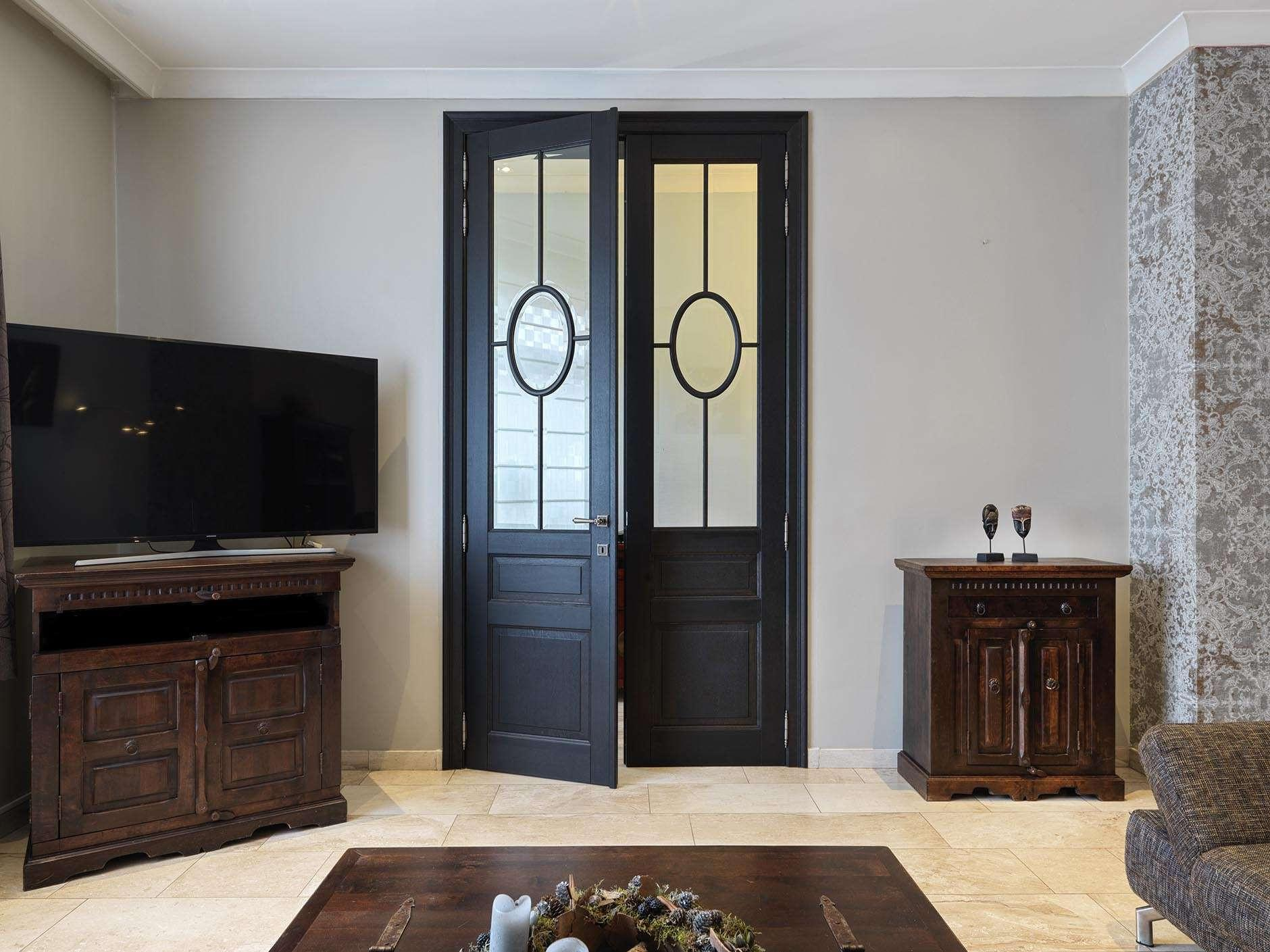 dubbele-hoge-deur-donker-hout-glas