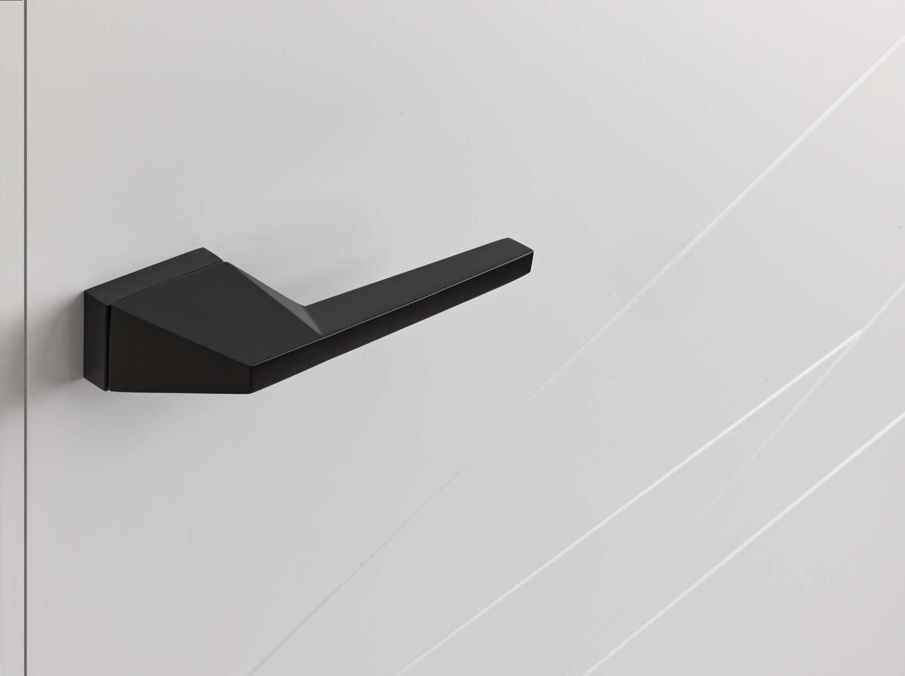 witte-deur-zwarte-klink-modern-strak