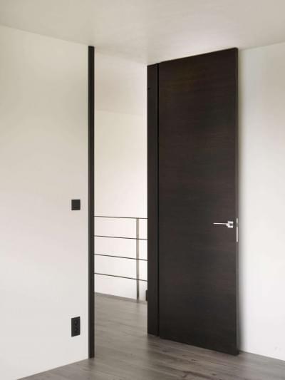 moderne-hoge-deuren-in-donker-hout