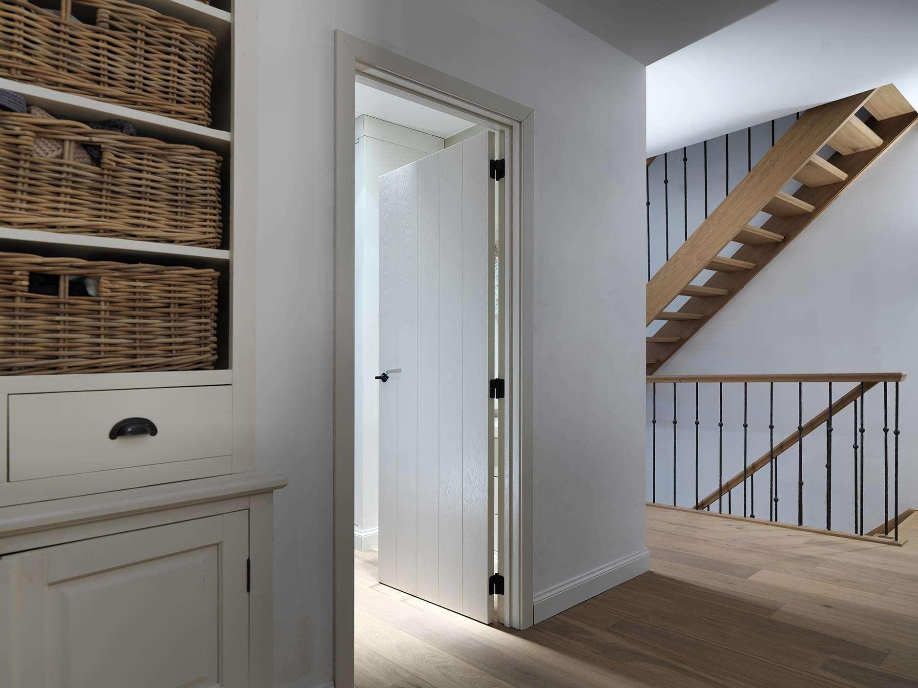 wit-gelakte-plankendeur-landelijk-interieur