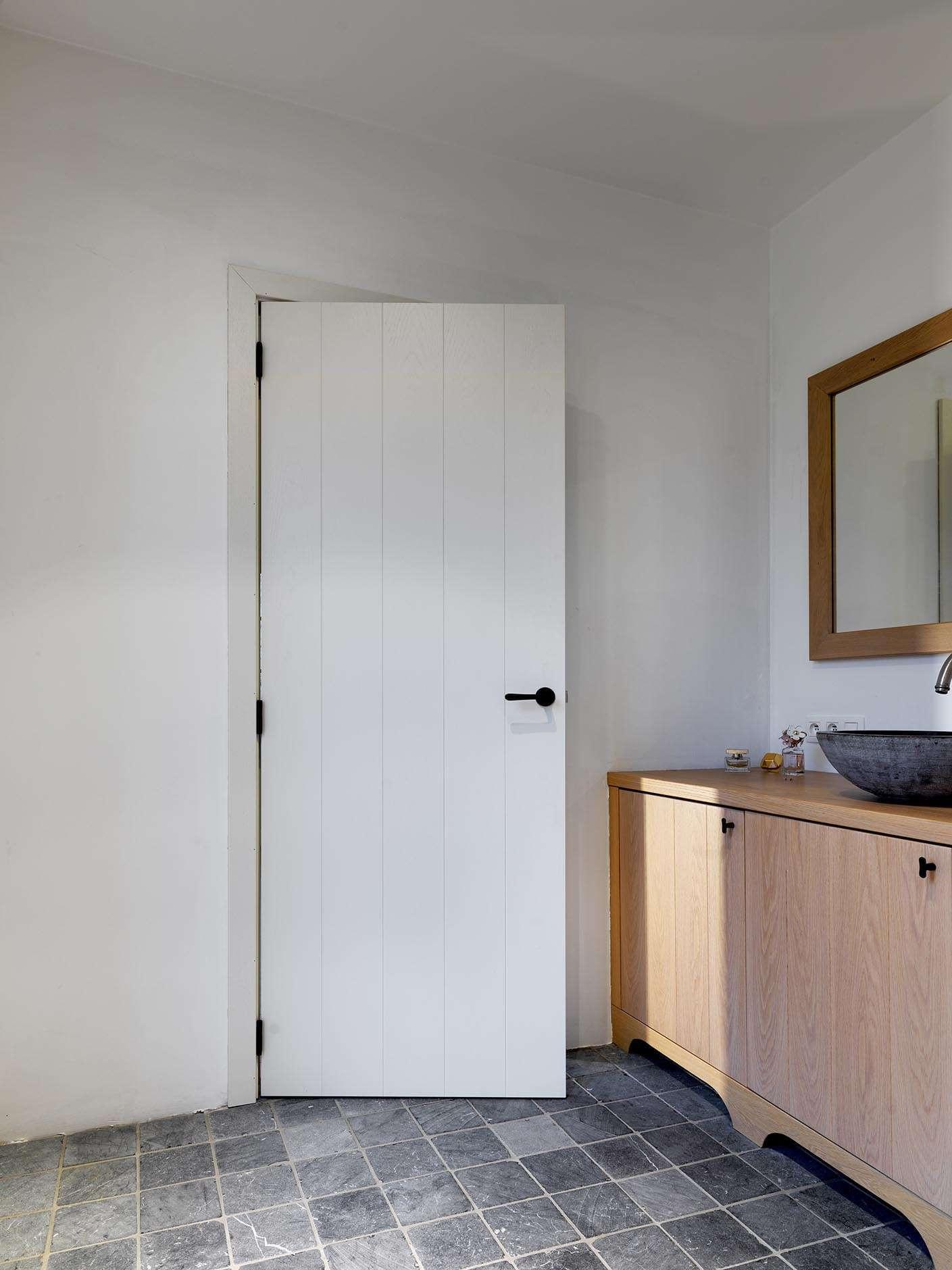 landelijke-badkamer-witte-deur