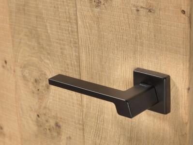 houten-binnendeur-moderne-zwarte-klink