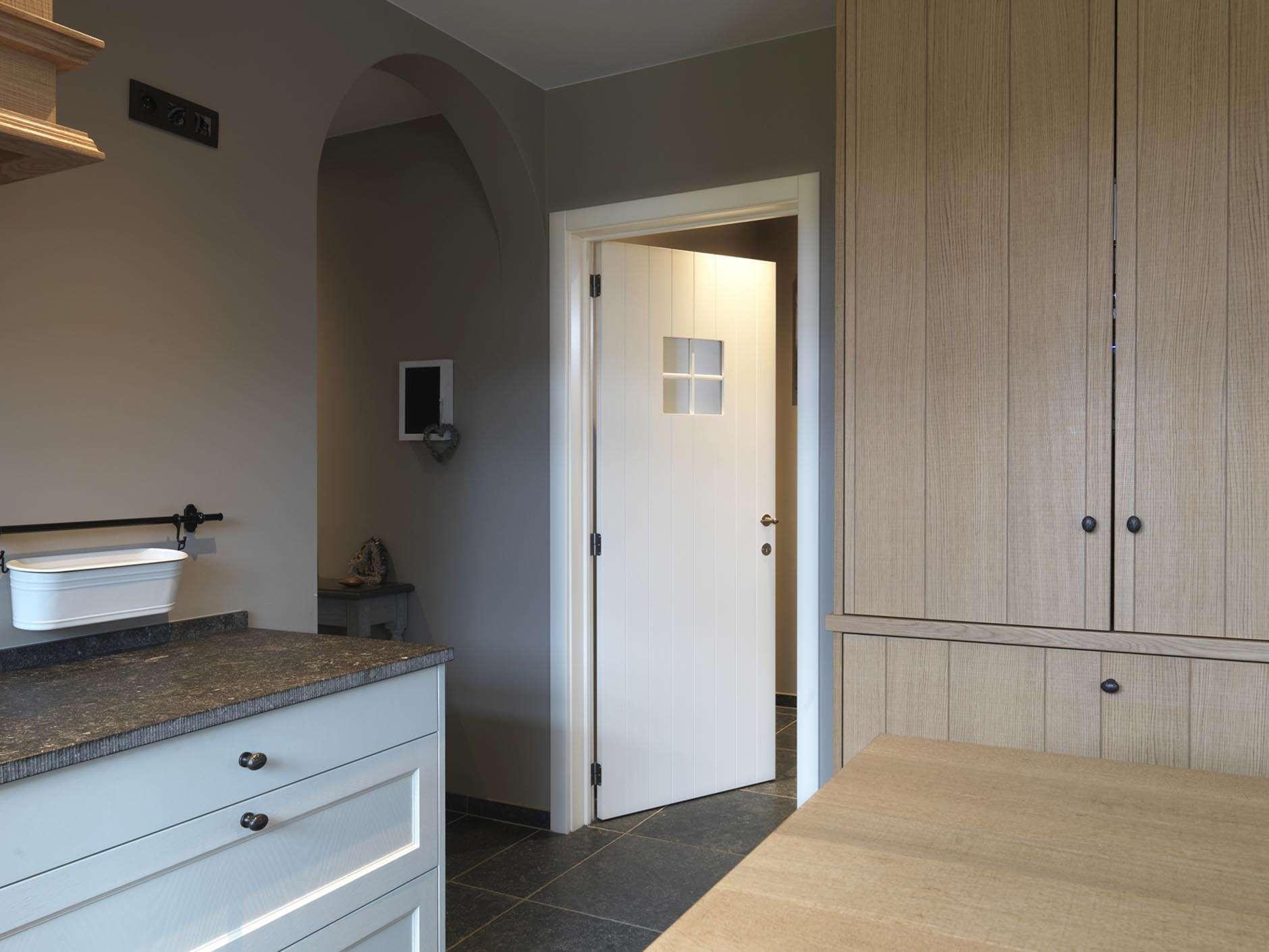landelijke-keuken-wit-gelakte-binnendeur