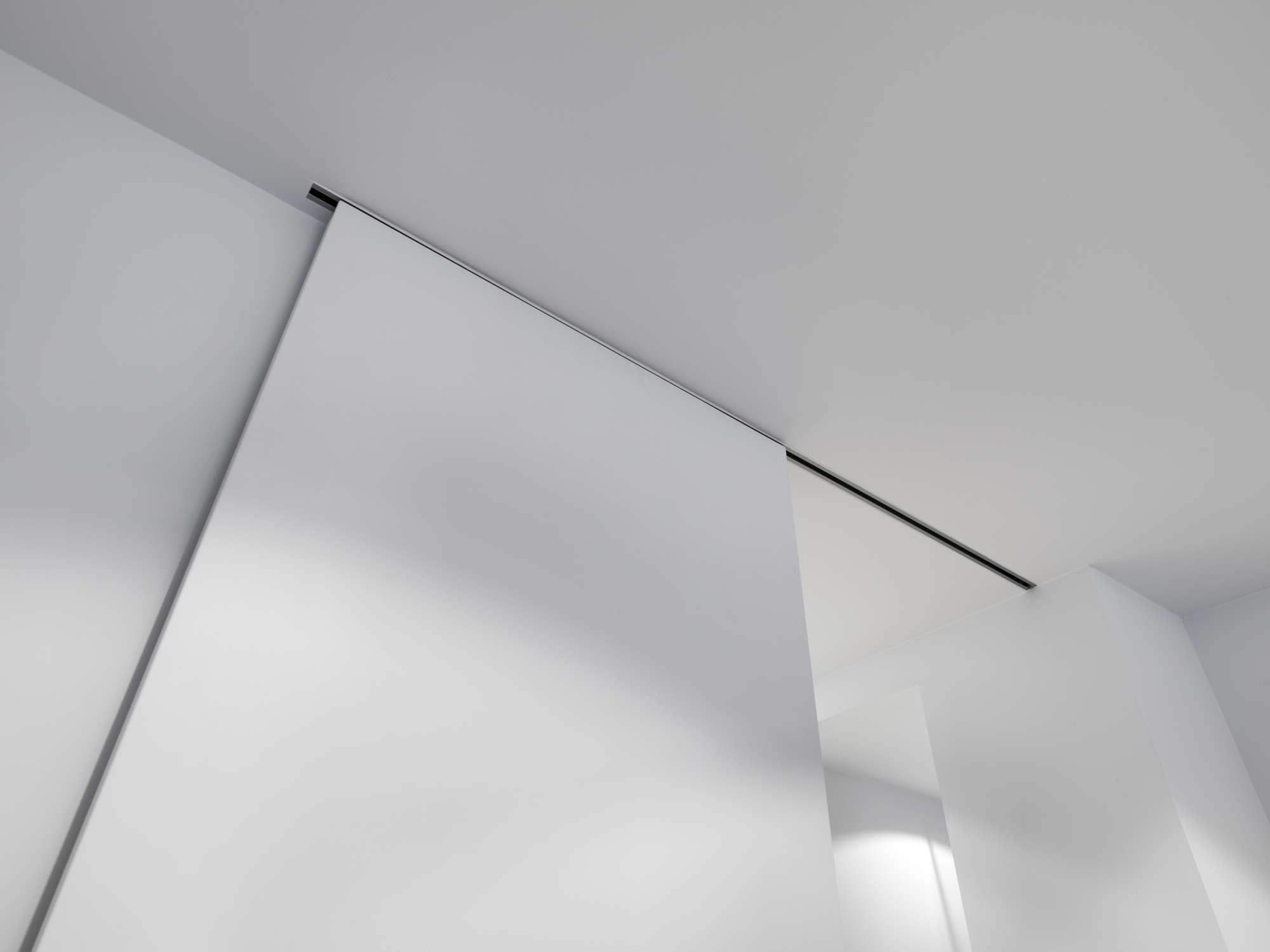 schuifdeur-strak-interieur-ingewerkt-in-plafond