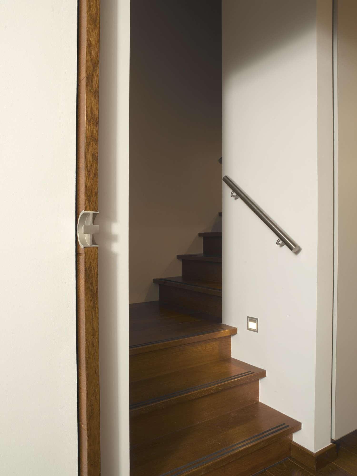 houten-trap-tussen-muren