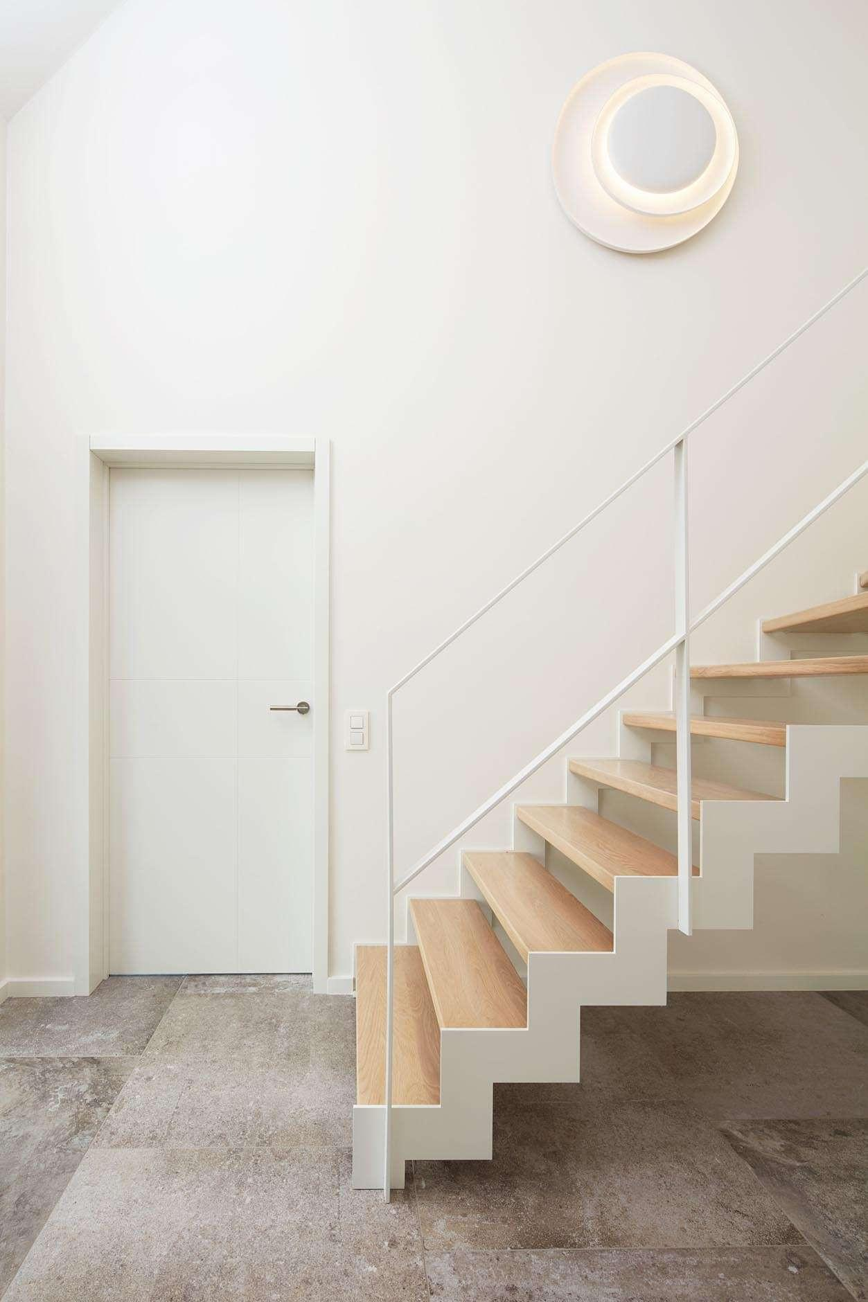 witte-metalen-trap-houten-treden