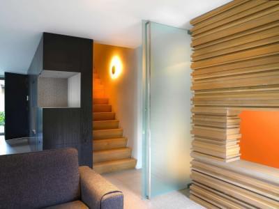 moderne-Z-trap-tussen-muren
