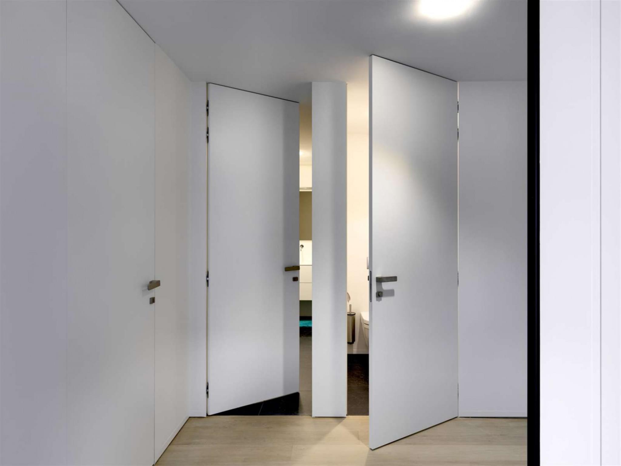 plafondhoge-WC-deur-strak-interieur