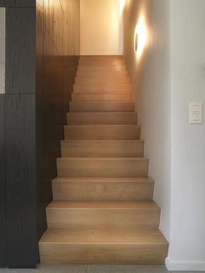 moderne-strakke-trap-tussen-muren