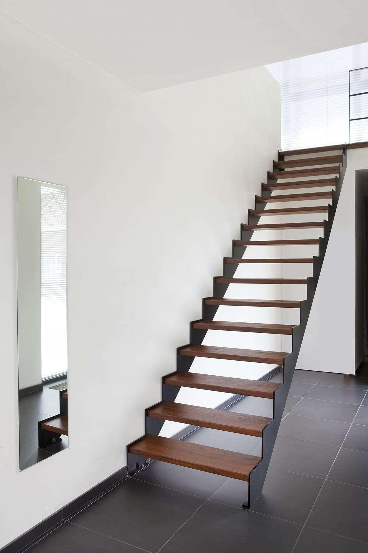 trap-zwart-metaal-houten-treden-strak
