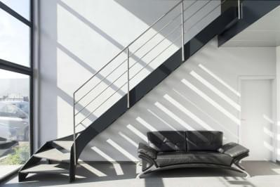 zwarte-metalen-trap-houten-treden