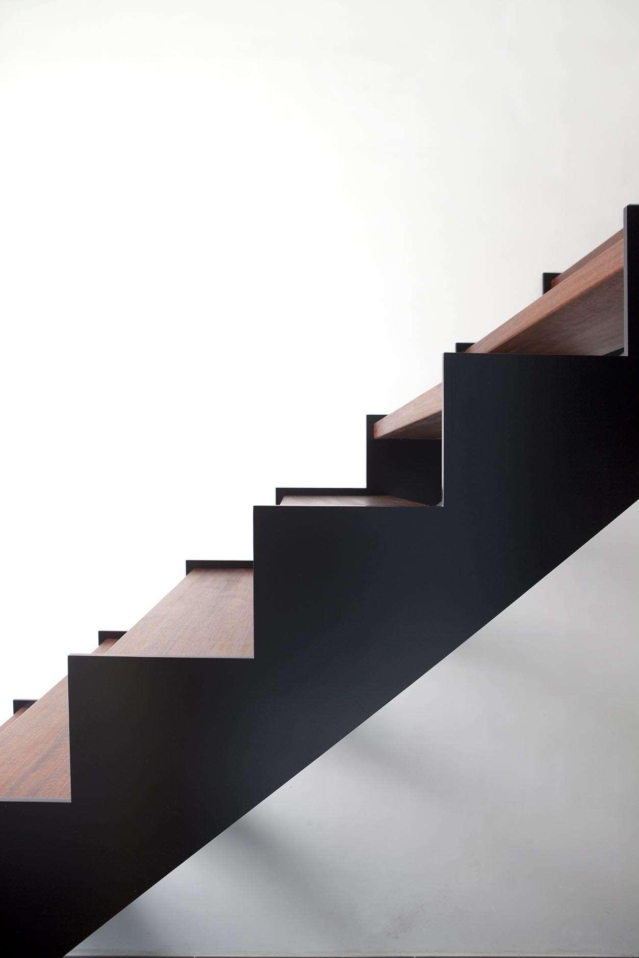 design-trap-zwart-metaal-hout