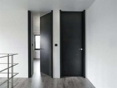 hoge-deuren-donker-hout-modern
