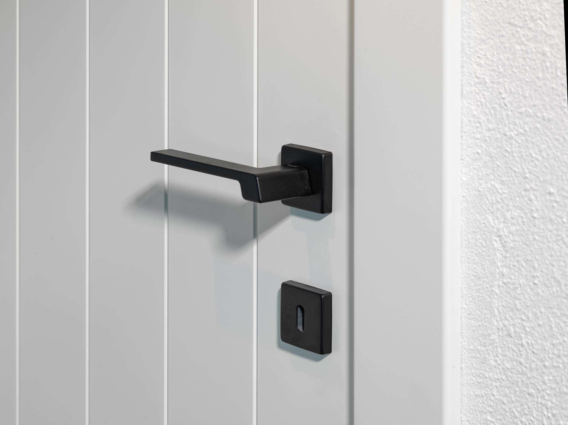 zwarte-deurklink-witte-deur