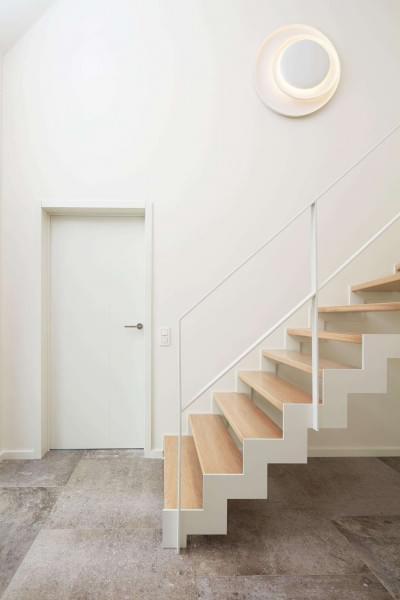 witte-metalen-trap-houten-tredes